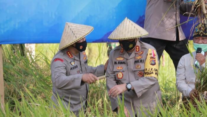 Kabaharkam Polri Komjen Agus Andrianto dan Kapolda NTB Irjen Mohammad Iqbal mengunjungi Kampung Sehat Desa Kembang Kuning