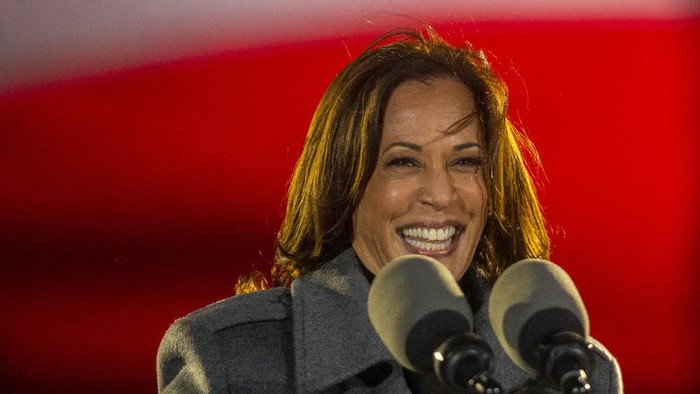 PHILADELPHIA, PA - NOVEMBER 02: Democratic vice presidential nominee Sen. Kamala Harris (D-CA) addresses supporters at a drive-in election eve rally on November 2, 2020 in Philadelphia, Pennsylvania. Democratic presidential nominee Joe Biden, who is originally from Scranton, Pennsylvania, remains ahead of President Donald Trump by about six points, according to a recent polling average. With the election tomorrow, Trump held four rallies across Pennsylvania over the weekend, as he vies to recapture the Keystone States vital 20 electoral votes. In 2016, he carried Pennsylvania by only 44,292 votes out of more than 6 million cast, less than a 1 percent differential, becoming the first Republican to claim victory here since 1988.   Mark Makela/Getty Images/AFP
