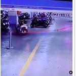 Bikin Merinding! Motor Ini Jalan Sendiri di Parkiran