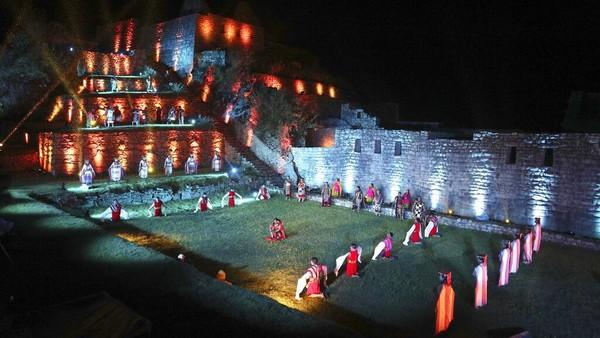 Pada malam hari, Machu Picchu akan mengadakan petunjukan seni untuk para pengunjung.