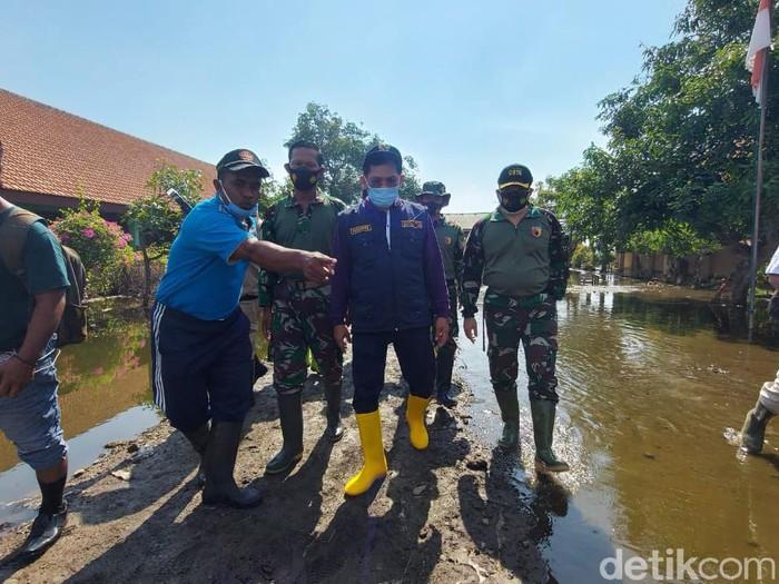 Pj Sidoarjo Hudiyono bakal membangun waduk untuk penanganan banjir jangka panjang. Hal itu ia ungkapkan saat meninjau lokasi terdampak banjir tiga desa di Kecamatan Tanggulangin.