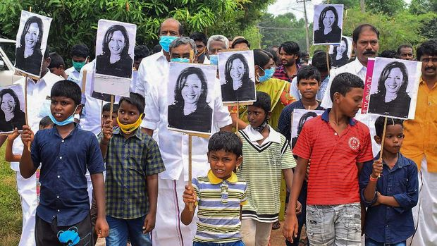 Warga Desa Thulasendrapuram merayakan keberhasilan Kamala Harris jadi wapres AS.