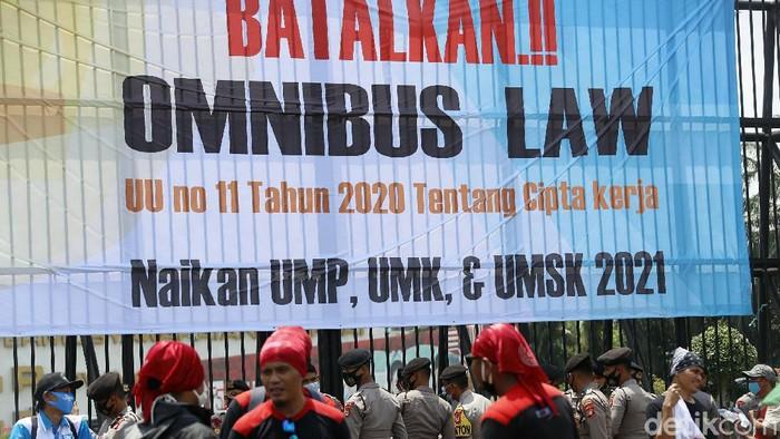 Massa buruh menggelar aksi demo terkait Omnibus Law UU Cipta Kerja, di depan Gedung DPR/MPR RI, Jakarta, Senin (09/11/2020). Lalu lintas di Jalan Gatot Subroto yang mengarah Slipi, Jakarta, terjadi kemacetan.