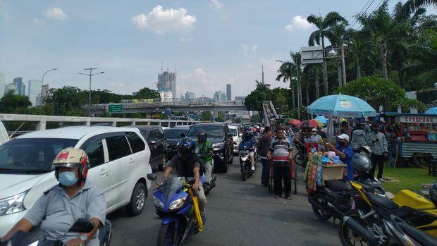 Lalu lintas di depan Gedung DPR, Senayan, Jakarta, macet akibat demo, Senin (9/11/2020).