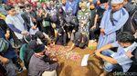 Isak Tangis Iringi Pemakaman Gatot Brajamusti di Sukabumi