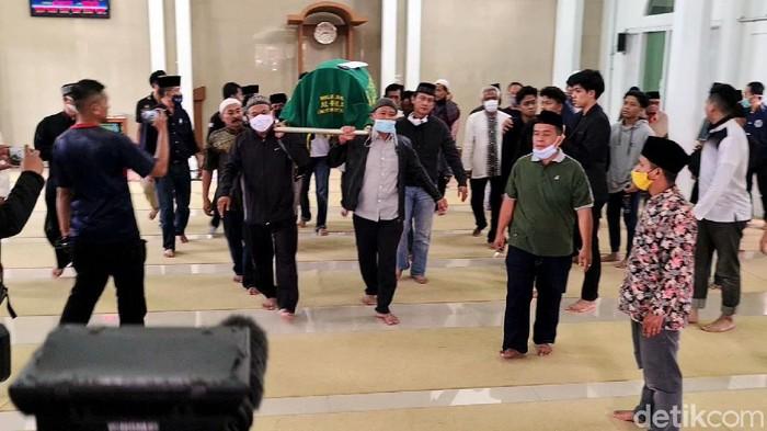Gatot Brajamusti dimakamkan di TPU Cikiray Kidul, Desa Sukamanah, Kecamatan Cisaat, Kabupaten Sukabumi, Jawa Barat, Senin (9/11/2020).