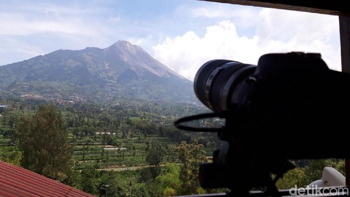 Gunung Merapi dari Pos PGM, Jrakah, Kecamatan Selo, Boyolali, Senin (9/11/2020).