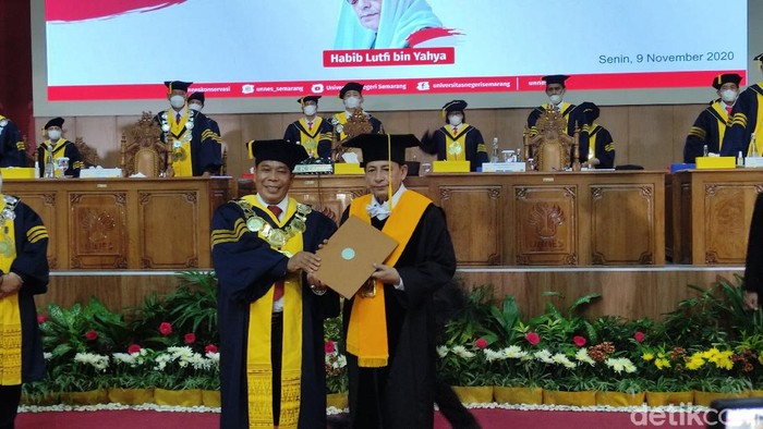 Habib Luthfi bin Yahya terima gelar Doktor Honoris Causa dari Universitas Negeri Semarang (Unnes), Senin (9/11/2020).