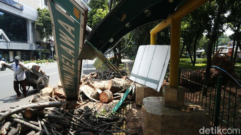 Foto Kondisi Halte Melawai yang Ambruk Tertimpa Pohon