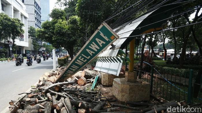 Hujan disertai angin kencang terjadi di sejumlah wilayah di Jakarta, Minggu (08/11/2020), kemarin. Akibatnya, Halte Melawai, Jakarta Selatan, roboh ditimpa pohon besar yang tumbang.