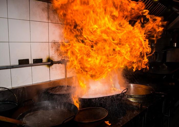 Heboh Tabung Gas Terbakar di Warung Makan, Seperti Ini Cara Padamkan Api