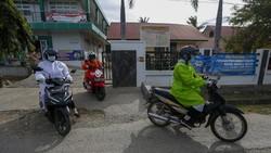 Pandemi Corona membuat angka imunisasi menurun. Hal tersebut membuat para tenaga medis puskeskas di Aceh mendatangi langsung ke rumah balita untuk imunisasi.