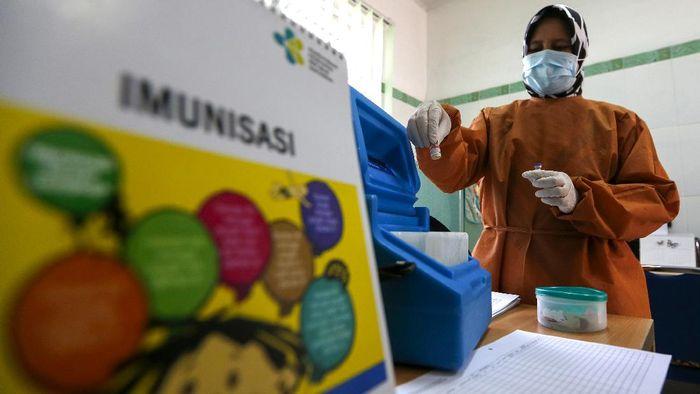 Balita mendapat vaksin imunisasi polio di rumahnya di  di Desa Rukoh, Banda Aceh, Rabu (7/10/2020).