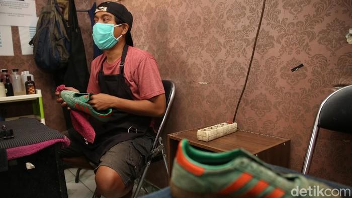 Memasuki musim hujan jasa loundry sepatu mengalami peningkatan yang signifikan. Salah satunya jasa cuci sepatu di Seoul Sepatu, Rawamangun, Jaktim.
