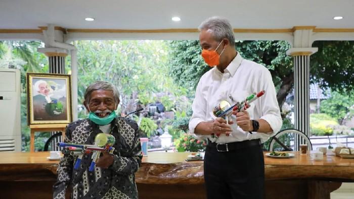 Mbah Min penjual mainan yang dulunya pengintai Belanda bertemu Gubernur Jateng Ganjar Pranowo di rumah Dinas Gubernur Jawa Tengah, Semarang, Senin (9/11/2020).