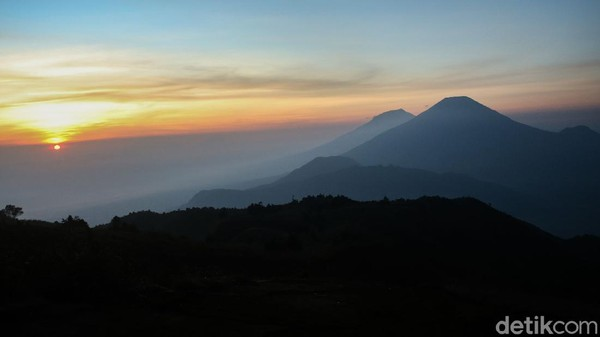 Momen matahari terbit seakan terlihat sempurna dengan latar Gunung Sindoro dan Gunung Sumbing.