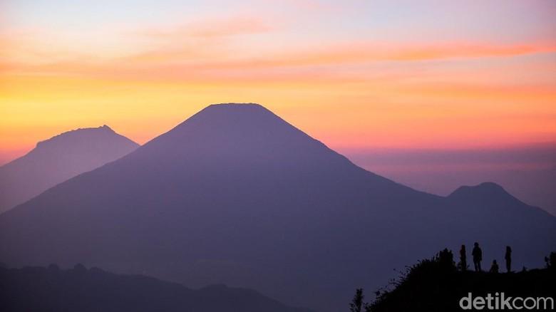 Lansekap Gunung Sindoro dan Gunung Sumbing terlihat sangat mempesona dari Gunung Prau. Momen matahari terbit pun seakan membuat nuansa menjadi romantis