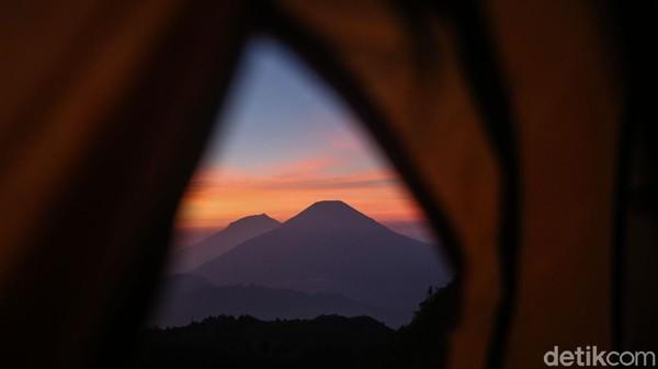 Pendakian dapat melalui beberapa jalur, estimasi pendakian hanya 2-3 jam dari basecamp.