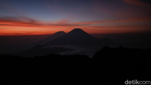 Begini penampakan matari terbit yang terlihat dari Gunung Prau, Jawa Tengah.
