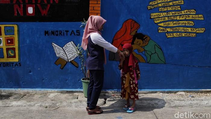 Mural dengan pesan sosial dan edukasi mejeng di kawasan Sunter, Jakarta Utara. Penasaran? Yuk, intip foto-fotonya.