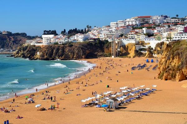 Meski di tengah pandemi Algarve tetap memastikan keamanan dengan mematuhi semua aturan yang diterapkan untuk perlingdungan kesehatan. (Getty Images/iStockphoto)
