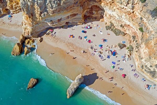 Bayangkan, Algarve punya 87 pantai dengan sertifikat blue flag alias bersih dan indah banget. (Getty Images/iStockphoto)
