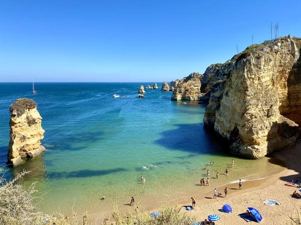 Selama ini Algarve juga terkenal sebagai kawasan pantai favorit turis Inggris. (Getty Images/iStockphoto)