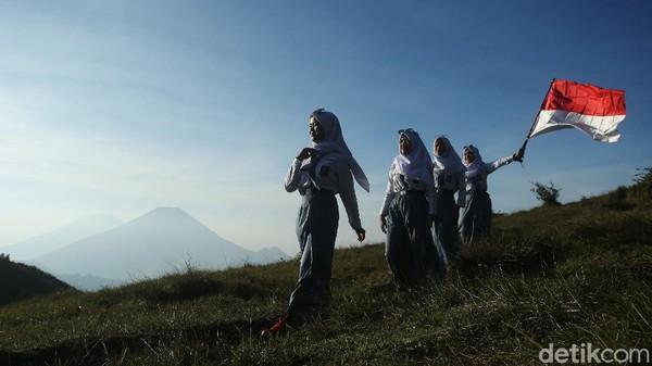 Pelajar asal Banjarnegara ini mengibarkan bendera merah putih dengan latar gunung Sindoro dan Sumbing.