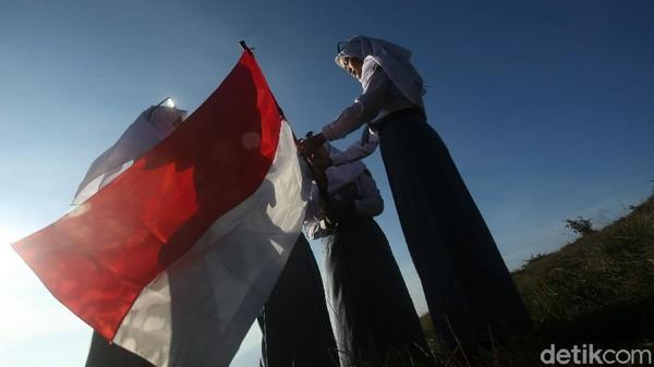 Pengibaran bendera dilakukan sebagai bentuk kecintaan terhadap NKRI.