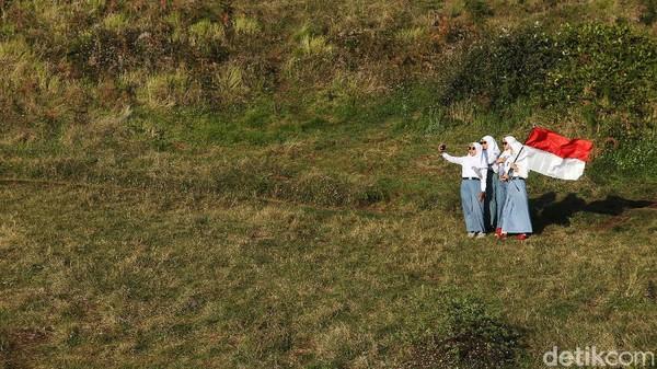 Para pelajar SMA itu juga berswafoto di gunung yang memiliki ketinggian 2.565 mdpl tersebut.