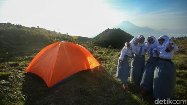 Para pelajar ini mendaki gunung untuk sekedar refreshing usai menjalani sekolah online selama pandemi.
