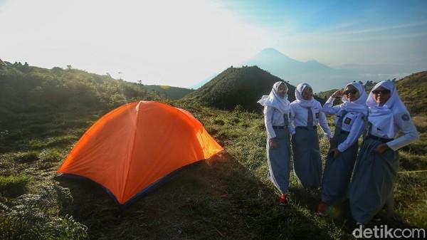 Para pelajar SMA itu juga berfoto-foto dengan latar belakang gunung Sindoro dan Sumbing.