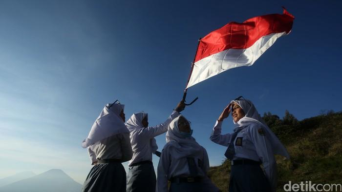 Gunung Prau di kawasan Dataran Tinggi Dieng menjadi incaran para pendaki, salah satunya pelajar SMA. Selain menikmati keindahan alam, mereka juga mengibarkan bendera merah putih.