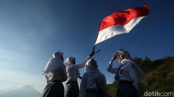 Sejumlah siswa SMA di Banjarnegara mengibarkan bendera merah putih di puncak Gunung Prau yang terletak di kawasan Dataran Tinggi Dieng, Jawa Tengah, Sabtu (7/11/2020) lalu.