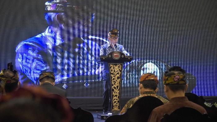 Ketua Dewan Komisioner Otoritas Jasa Keuangan (DK OJK) Wimboh Santoso menyampaikan pidato sambutannya saat acara peresmian kantor Otoritas Jasa Keuangan (OJK) NTB di Mataram, Senin (9/11/2020).  Peresmian kantor OJK NTB  tersebut untuk memperkuat kontribusi OJK dalam meningkatkan peran sektor jasa keuangan, menggerakkan perekonomian NTB dan mendorong literasi keuangan masyarakat.ANTARA FOTO/Ahmad Subaidi/hp.