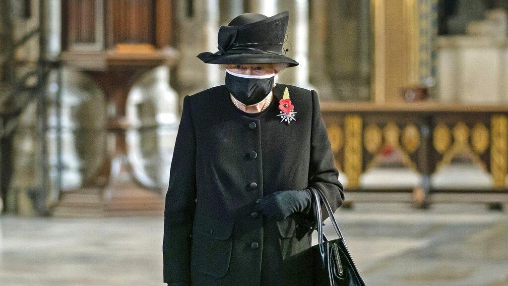 Momen Langka, Ratu Elizabeth II Perdana Pakai Masker saat Pandemi