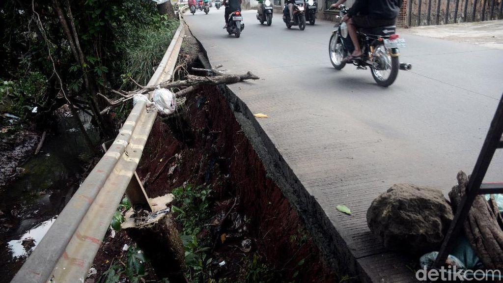 Rawan Longsor, Jalan Kali Krukut Belum Diperbaiki