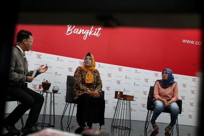 Suwanti pengusaha UMKM kerajinan tangan (tengah) dan Iis Suminar, pengusaha UMKM kuliner pecel lele dan gado gado dipandu oleh Mochamad Achir, praktisi media dan komunikasi menjadi pembicara dalam dialog produktif bertema Pejuang ekonomi garis depan wirausahawan usaha mikro di Jakarta, Senin, 9 November 2020.