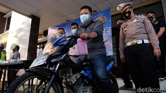 Warga Karawang kembali menemukan motornya yang hilang dicuri 8 tahun lalu.