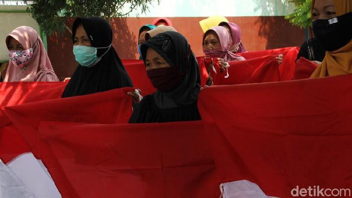 Penggiat  sosial dan pengurus lansia memperingati hari Pahlawan di Posyandu Lansia Ngudi Waras, Sukoharjo, Jawa Tengah. Seperti apa suasananya?