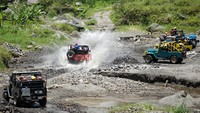 Sejumlah wisatawan menggunakan jasa Jeep Lava Tour Merapi di kawasan Kalikuning, Cangkringan, Sleman, D.I Yogyakarta, Sabtu (7/11/2020). ANTARA FOTO/Andreas Fitri Atmoko