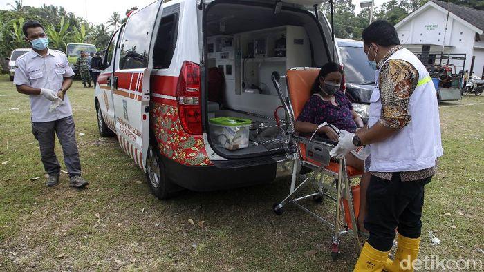 Layanan Pemeriksaan kesehatan bagi pengungsi Merapi tersedia di barak pengungsian di Sleman. Sejumlah pemeriksaan terkait kesehatan pengungsi dilakukan petugas.