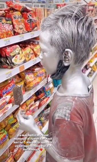 Bocah 'Manusia Silver' Kumpulkan Uang Demi Beli Mie Instan