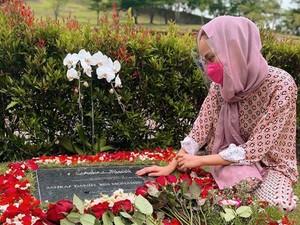 BCL Ucapkan Hari Jadi Pernikahan di Makam Ashraf, Netizen Mengharu Biru