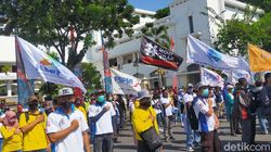 Ratusan Buruh Tuntut Kenaikan Upah dan Omnibus Law di Kantor Gubernur Jatim