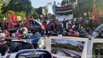 Mahasiswa hingga Buruh Demo Omnibus Law di Surabaya dengan Teatrikal