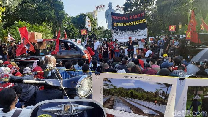 Demo menolak Omnibus Law digelar di Surabaya tepat di Hari Pahlawan. Sekitar 200 orang yang terdiri dari petani, mahasiswa dan buruh menuntut Presiden Jokowi menerbitkan Perppu.