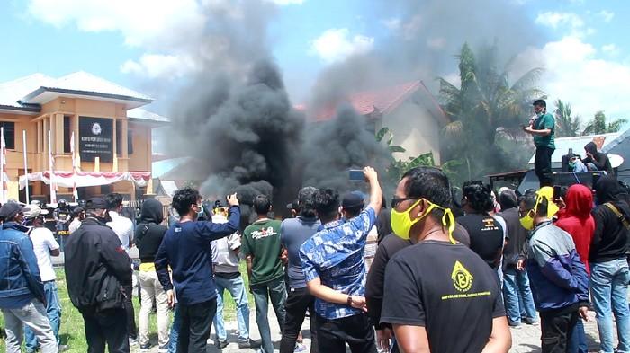 Demonstrasi massa dua paslon Pilbup Barru di depan Kantor KPU Barru, Sulsel