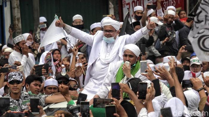 Kawasan Petamburan dipenuhi oleh massa pendukung Habib Rizieq. Mereka berkumpul di sana untuk menyambut kedatangan Habib Rizieq yang pulang ke Indonesia.