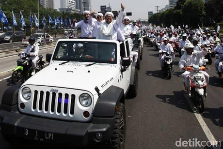 Habib Rizieq menggunakan Jeep Wrangler Rubicon saat Pawai FPI Beberapa Tahun Lalu